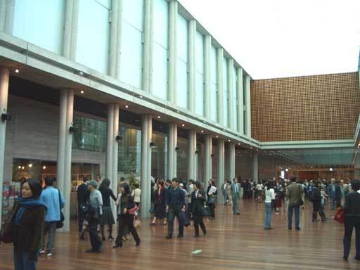 さすが杮落とし公演、広々としたホール廊下にも人がたくさん