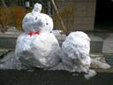 マンションの前に作られていた雪だるま