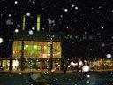夜の函館駅前に雪が降る