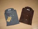 左がポロシャツ、右は普通の半袖シャツ