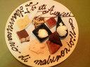 イタリア語で祝福メッセージが書かれたデザート皿