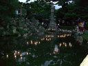池に浮かべられたロウソクにも火が灯され始めた