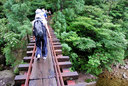 足を踏み外したらおしまい、こんな恐ろしい橋もある