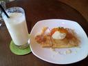 桃のジュースと洋梨のクレープ