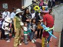 バルーンアーティストに作ってもらっている子供たち