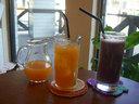 ともに果汁まるまる100%、オレンジ&グレープフレーツジュース(左)とぶどうジュース(右)