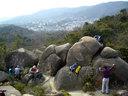 岩を登る人々