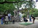大人も子供も公園で遊ぶ