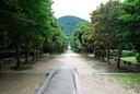 並木道の向こうにある彫刻の道を抜けると、甲山を背負う愛の像へと至る