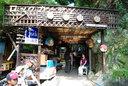 滝の近くにある茶店