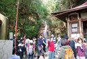 滝の周りにはこんなにたくさんの人たちがいる