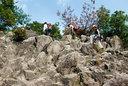 なかなかハードな岩を登る