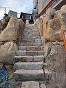 現場から出た石で積まれた玄関アプローチへと続く階段