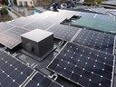 屋根に載った太陽光発電パネル
