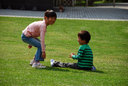 「丹波の森公苑」でボール遊びに興じる姉弟