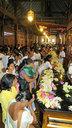 キャンディの「仏歯寺」は献花を捧げる参拝者でごった返し