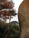大岩の向こうに甲山が見える
