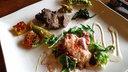 メインディッシュ 鹿モモ肉の霧芋(山の芋)ソースや竜田揚げ、レヴァーの味噌漬けの他、丹波野菜の料理が添えられている