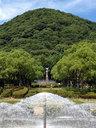 噴水と愛の像と甲山