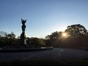 朝陽を見つめる愛の像