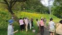 聴診器で柳の木の命を音を聴く参加者一同
