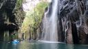 ボートに乗って水面から真名井の滝を望む