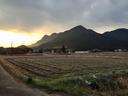 三尾山の向こうに朝日が昇る