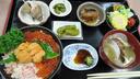 三色丼 カスベの唐揚げやホタテの稚貝の味噌汁なども付く