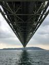 ド迫力の明石海峡大橋の真下