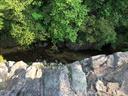 仁川渓谷の断崖絶壁を上から覗き込む