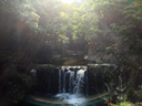 午後の陽を背負う滝