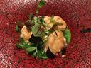皿も鮮やかな北海道産鱈の白子 チヂミホウレンソウのソース