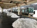 駅のホームに雪の小山