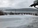 徳山鮓のデッキ越しに眺める余呉湖