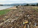 大量の漂着物が残されたままの御前浜