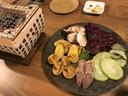 鹿や野菜、キノコを炭火で焼いて食べる