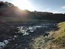 川の向こうに朝陽が昇る