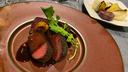 鹿肉のロースト 付け合わせの野菜は塩とオリーヴオイルで焼いただけ