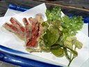野草と赤こんにゃくの天ぷら
