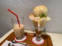 こちらはアローツリーで頂いた桃ジュースと桃パフェ