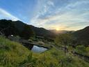山の間から朝陽が昇る